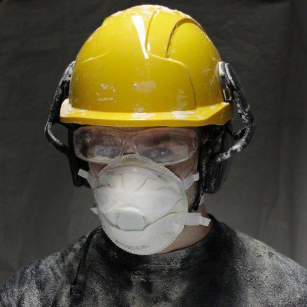 Kiviainespölyltä kannattaa suojautua, sillä rakennuspöly on terveydelle vaarallista.